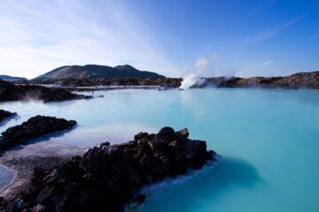 Hellblaue Lagune zwischen schwarzem Stein