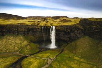 Wasserfall inmitten grüner Hügel