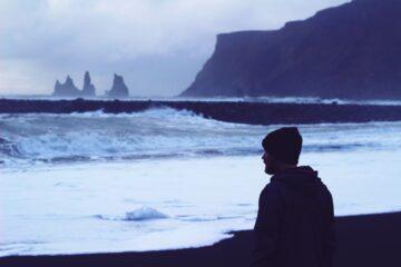 Mann schaut über Meer
