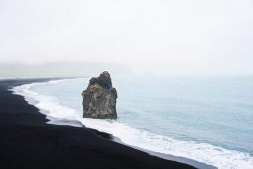 Felsen im Meer am schwarzen Strand