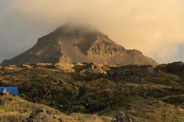 Berg und Nebel im Abendschein