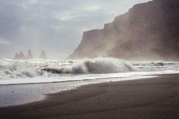 Welle und Gischt am Strand