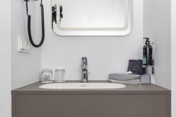 Waschkommode mit Waschbecken und Spiegel