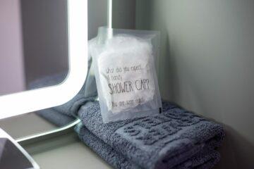 Handtücher und Duschhaube in der Tüte